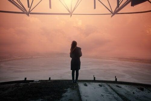 Kvinna blickar mot horisont