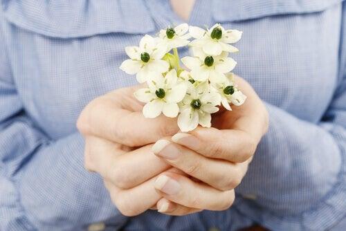Kvinna håller blommor