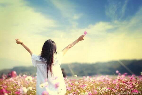 Kvinna på blomsteräng