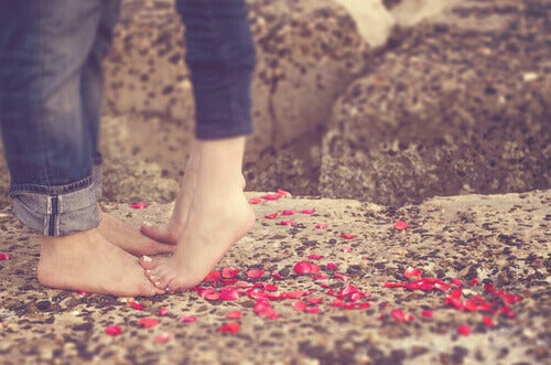 Kvinna på mans fötter