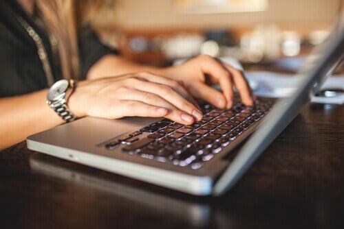 Skriver på dator