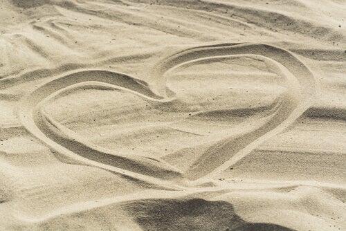 Hjärta ritat i sand