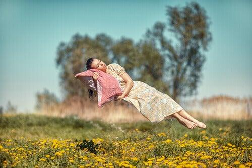 Kvinna tar en tupplur