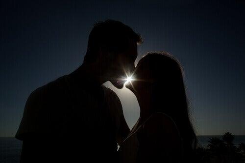 Kyss i siluett