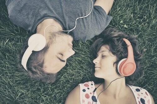 Par med hörlurar