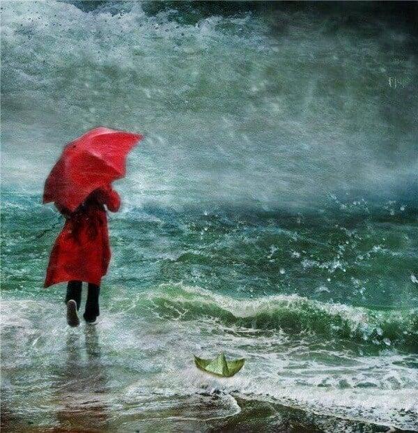 Person går i regnet