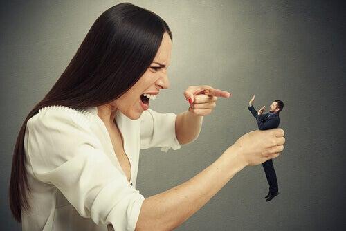 Aggressiv kvinna