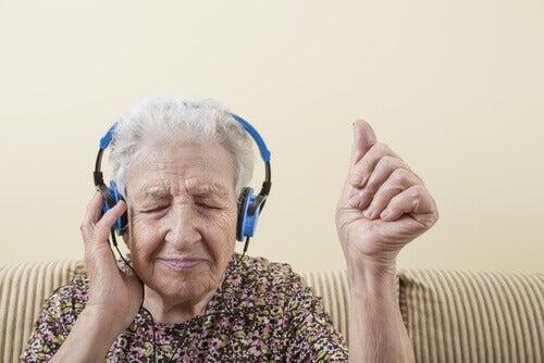 Dam med hörlurar