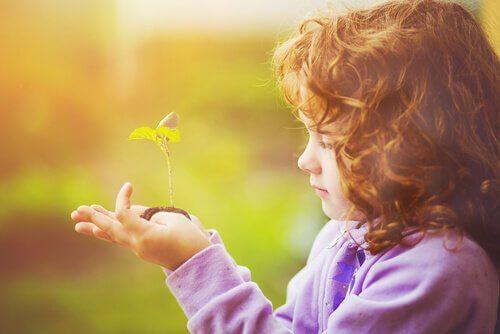 Flicka med planta
