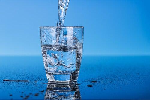 Glas fylls med vatten