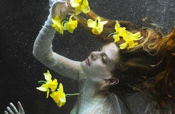Gula blommor och kvinna