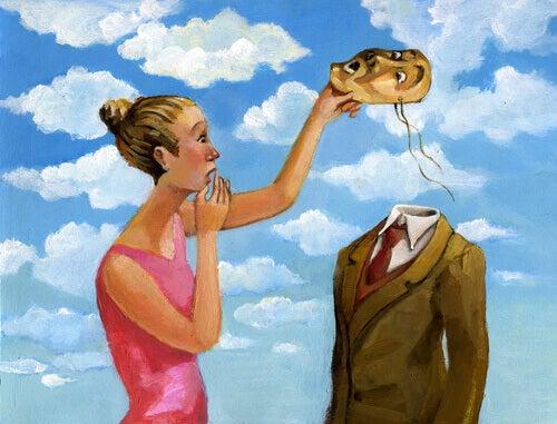 Kvinna håller mask
