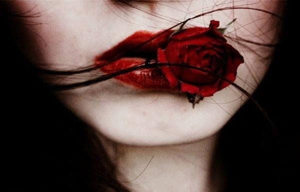 Röda läppar och ros