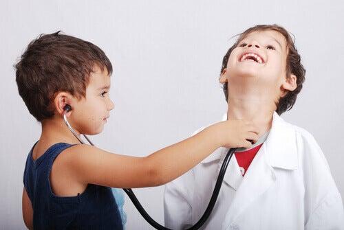 Barn leker doktor