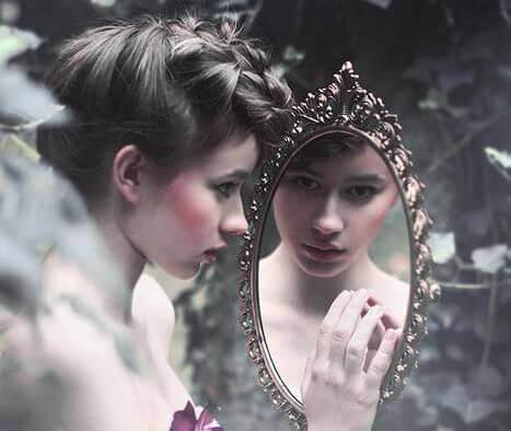 Flicka tittar i spegeln