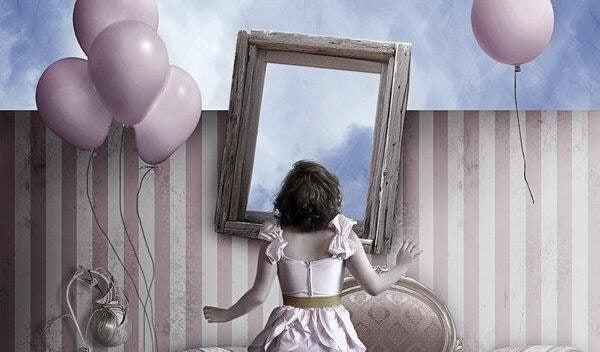 Flicka vid spegel