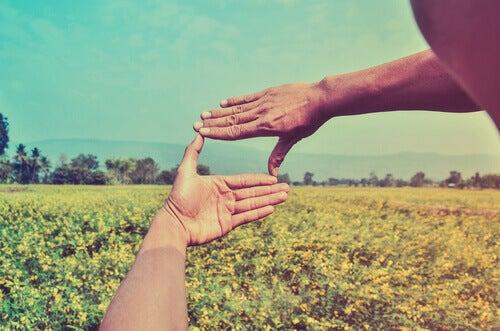 Händer bildar fyrkant
