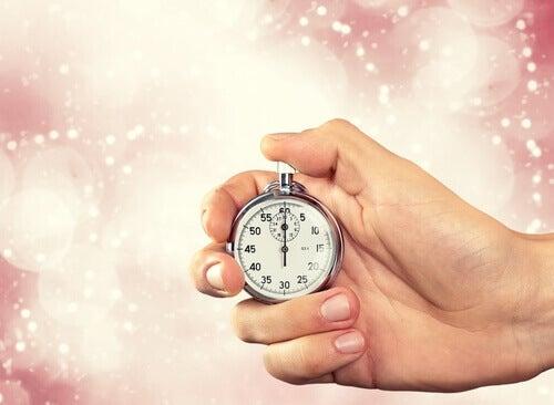 Hand håller klocka