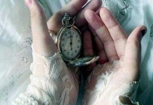 Klocka i kupade händer