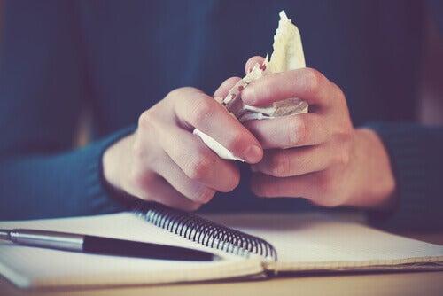 Knycklar ihop papper