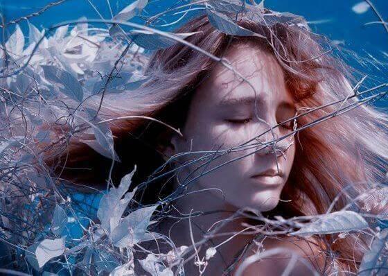 Kvinna bland grenar