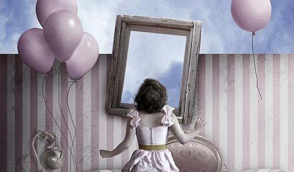 Kvinna framför spegel