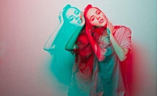 Kvinna i rött och blått