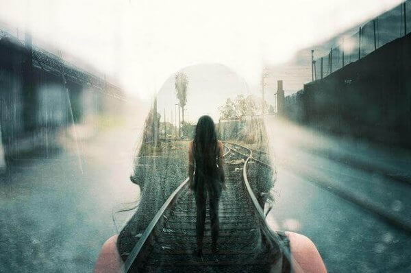 Kvinna på tågspår