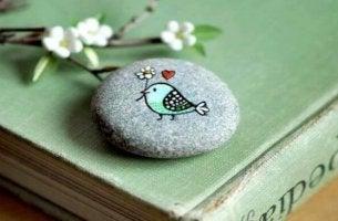 Sten med fågel