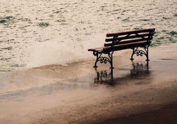 Bänk på strand