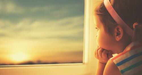 Flicka vid fönster