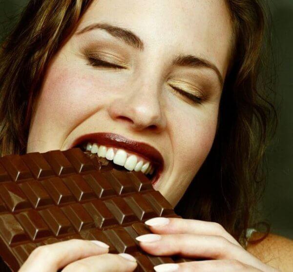 Kvinna äter choklad