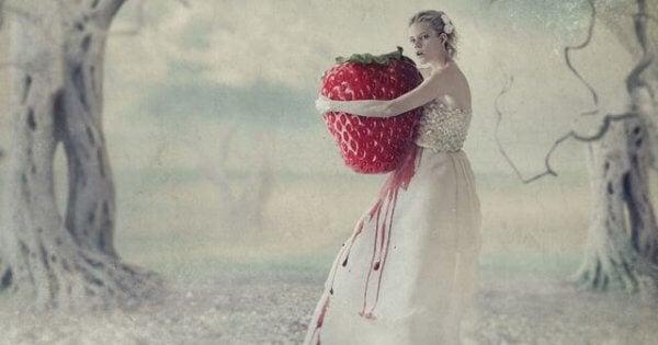 Kvinna med jättejordgubbe