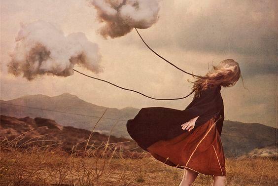 Kvinna släpar moln