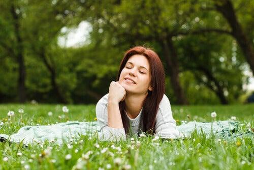 Kvinna vilar i gräset