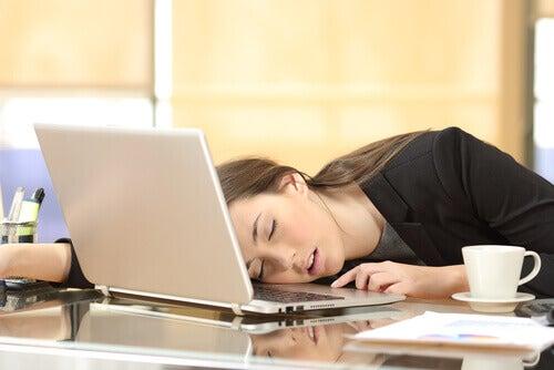 Sover vid dator