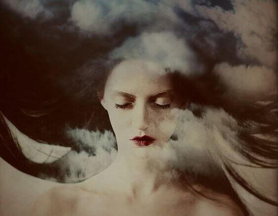 Kvinna bland moln