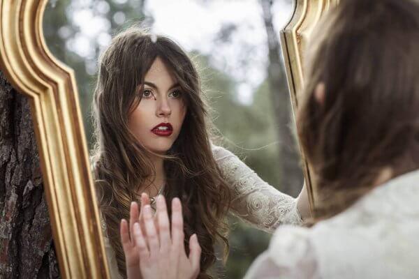 Kvinna i spegel