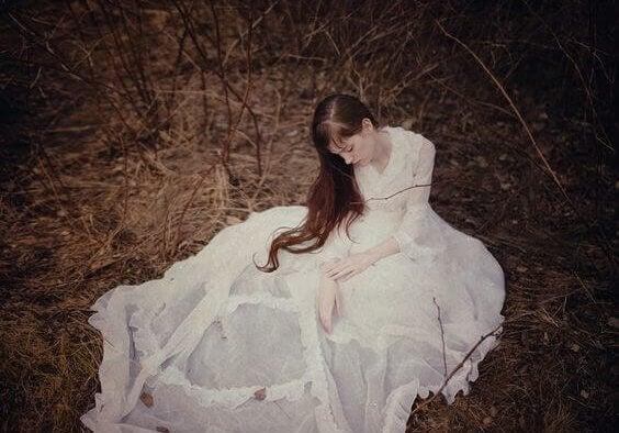 Kvinna i vit klänning