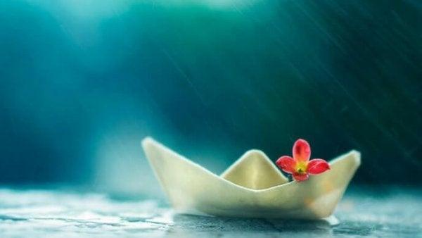 Pappersbåt med blomma