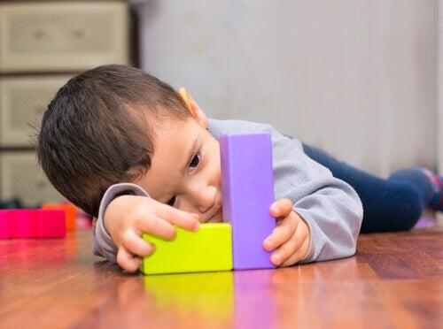 Pojke leker med klossar