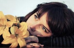 Kvinna vid blomma