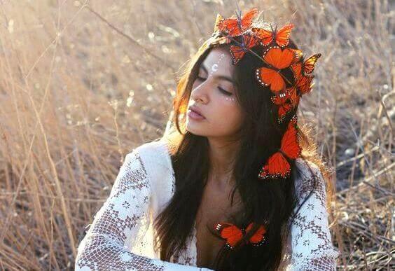 Kvinna med fjärilskrans