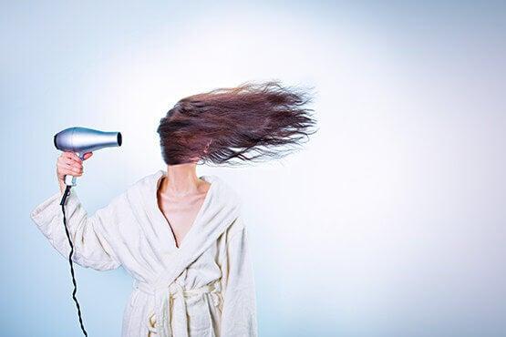 Kvinna med hårtork