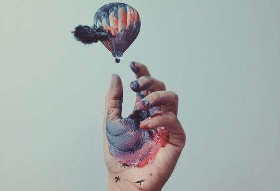 Luftballong och hand