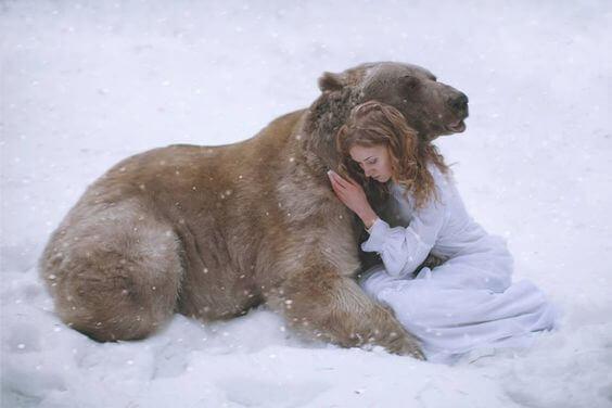 Björn kramar kvinna