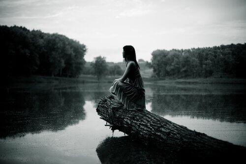 Kvinna vid flod