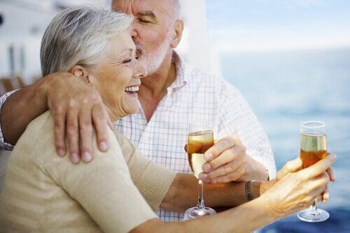 Lyckligt äldre par