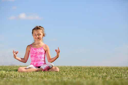 Varför och hur man lär barn att meditera