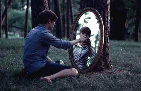 Pojke vid spegel